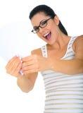 Aufgeregte Frau, die unbelegte Karten anhält Stockfotografie