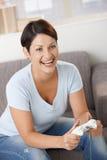 Aufgeregte Frau, die Videospiel spielt Stockfoto