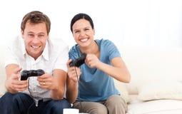 Aufgeregte Frau, die Videospiele spielt lizenzfreies stockbild