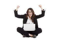 Aufgeregte Frau mit den Armen oben online gewinnend Stockfotografie