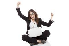 Aufgeregte Frau mit den Armen oben online gewinnend Lizenzfreie Stockfotografie