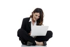 Aufgeregte Frau mit den Armen oben online gewinnend Lizenzfreies Stockbild