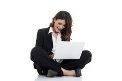 Aufgeregte Frau mit den Armen oben online gewinnend Stockfotos