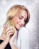 Aufgeregte Frau mit Geschenkbox Stockbilder