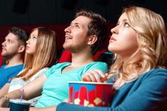 Aufgeregte Frau mit Popcorn im Kino Lizenzfreies Stockbild