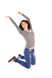 Aufgeregte Frau springen in die Luft Stockfoto