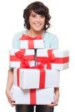 Aufgeregte Frauenholding-Geschenkkästen Stockbild