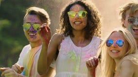 Aufgeregte Freunde, die Sommer vibrierendes Farbfestival, Extra-langsame Bewegung feiern stock footage