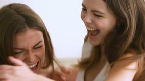 Aufgeregte Freundinnen, die, schreiendes Springen mit der Freude, umarmend feiern stock video footage