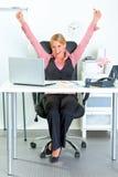 Aufgeregte Geschäftsfrau, die ihren Erfolg sich freut lizenzfreies stockfoto