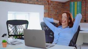 Aufgeregte Gesch?ftsfrau genie?en die guten Nachrichten, die auf Laptopschirm im B?ro gesehen werden stock video