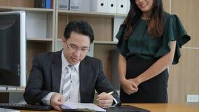 Aufgeregte Geschäftsfrau genießen gute Nachrichten nach ihrer Chefschreibensunterzeichnung auf Dokument Erfolgreiche Geschäftsfra stock video