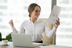 Aufgeregte Geschäftsfrau glücklich mit guten Arbeitsergebnissen in Finanz stockbilder