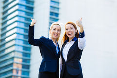Aufgeregte Geschäftsfrauen, die Daumen aufgeben Lizenzfreies Stockbild