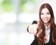Aufgeregte Geschäftsfrau, die auf Sie und das Lächeln zeigt Stockbild