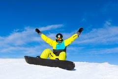 Aufgeregte glückliche angehobene Armhände des Snowboarders oben Lizenzfreies Stockbild