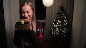 Aufgeregte glückliche Frau, die Weihnachtsgeschenkbox hält stock video footage