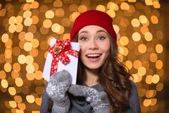 Aufgeregte glückliche junge Frau, die leere Karten mit rotem Band hält Lizenzfreies Stockfoto
