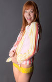 Aufgeregte, glückliche Frau im Hemd und Schlüpfer Lizenzfreies Stockbild