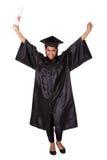 Aufgeregte graduierte Frau, die Zertifikat hält Stockbild