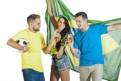 Aufgeregte Gruppe Brasilien-Anhängerbeifall mit Bieren und Fußball stockbilder