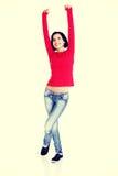 Aufgeregte junge Frau mit den Fäusten oben Lizenzfreie Stockbilder