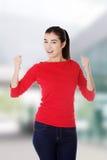 Aufgeregte junge Frau mit den Fäusten oben Lizenzfreie Stockfotos