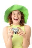 Aufgeregte junge Frau mit einer Kamera Lizenzfreies Stockfoto
