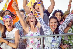 Aufgeregte junge Leute, die entlang singen Lizenzfreie Stockfotos