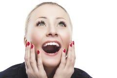 Aufgeregte kaukasische Frau, die aufwärts mit Freude, Faszination schaut Stockbild