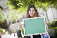 Aufgeregte Mischrasse-Studentin Holding Blank Chalkboard Stockbild
