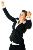 Aufgeregte moderne Geschäftsfrau, die ihren Erfolg genießt stockfotos