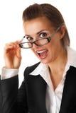 Aufgeregte moderne Geschäftsfrau mit Gläsern Lizenzfreies Stockfoto