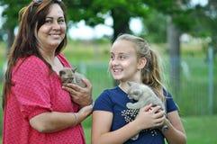 Aufgeregte neue Haustierkätzchen der Mutter- u. Kinderumarmung Stockfoto