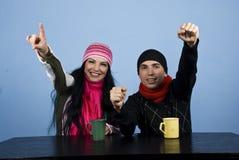 Aufgeregte Paare am Tisch in der Winterjahreszeit Stockfotos