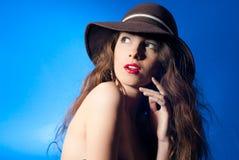Aufgeregte reizvolle schöne junge Frau mit geöffnetem Mund Lizenzfreie Stockfotos