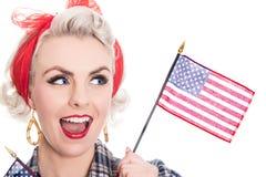 Aufgeregte Retro- Frau feiert am 4. Juli, lokalisiert auf Weiß lizenzfreie stockbilder