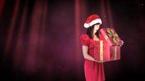 Aufgeregte Sankt-Frau, die magische Weihnachtsgeschenkbox öffnet stock video footage