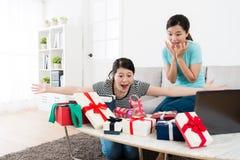 Aufgeregte schöne Schwestern, viel Geschenkbox betrachtend Lizenzfreie Stockfotografie