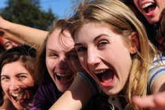 Aufgeregte schreiende Jugendgebläse Stockbilder