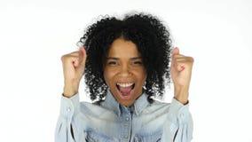 Aufgeregte schwarze Frau, die seinen Erfolg feiert stockfotos