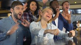 Aufgeregte Sportfreunde, die zusammen Teamziel, klatschende Hände, Freizeit feiern stock video footage