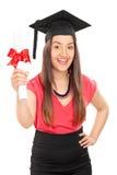 Aufgeregte Studentin, die ein Diplom hält Stockbilder
