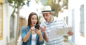 Aufgeregte Touristen, die im Urlaub bestes on-line-Angebot finden stock footage