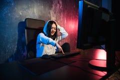 Aufgeregte weibliche Gamermädchenfrau, die einen Knopf auf einer Tastatur laufen lässt ein Spiel oder sendet eine Mitteilung bedr lizenzfreie stockfotos