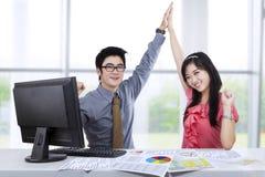 Aufgeregte zwei Geschäftsleute im Büro Lizenzfreie Stockfotos