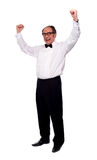 Aufgeregter älterer Mann, der mit den angehobenen Armen aufwirft Stockbild