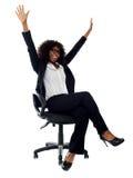 Aufgeregter afrikanischer weiblicher Unternehmensleiter Stockfotografie
