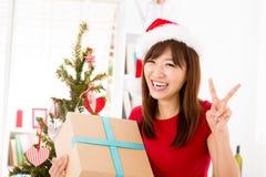 Aufgeregter Asiat, der ihr Weihnachtsgeschenk erhält Lizenzfreie Stockfotos