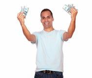 Aufgeregter erwachsener Mann mit Bargeld Stockfoto
